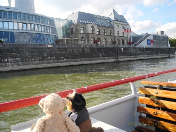 We could see all the important buildings from the boat.